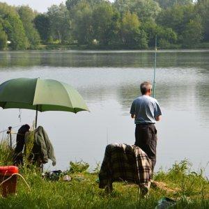 Angler mit Schirm