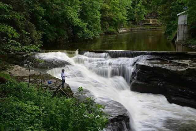 Strömender Fluss mit Posenangler